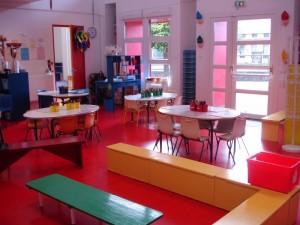 Les classes, encore luisantes du récent ménage, attendaient les enfants.