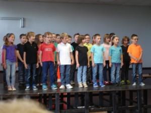 On commence à chanter sur le podium...