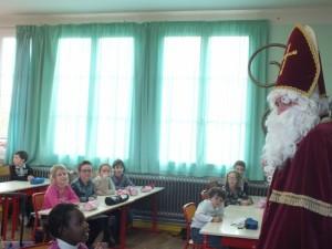 Surprise dans la classe des CP quand Saint Nicolas fait son apparition.