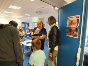 Mme Mangennot, qui s'occupe des grands (et est aussi la directrice de l'école maternelle) donne les dernières explications aux parents.