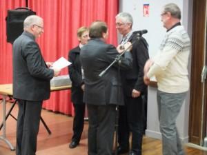 Gérard Hypolite reçoit a médaille d'argent d'honneur régionale, départementale et communale.