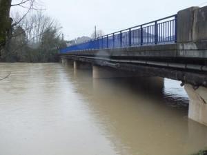 Les piles du pont sont presque entièrement submergées.