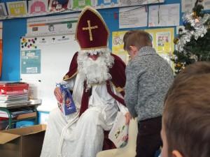 Visite 2015 - Saint Nicolas a distribué des chocolats et est reparti les bras chargés de dessins.